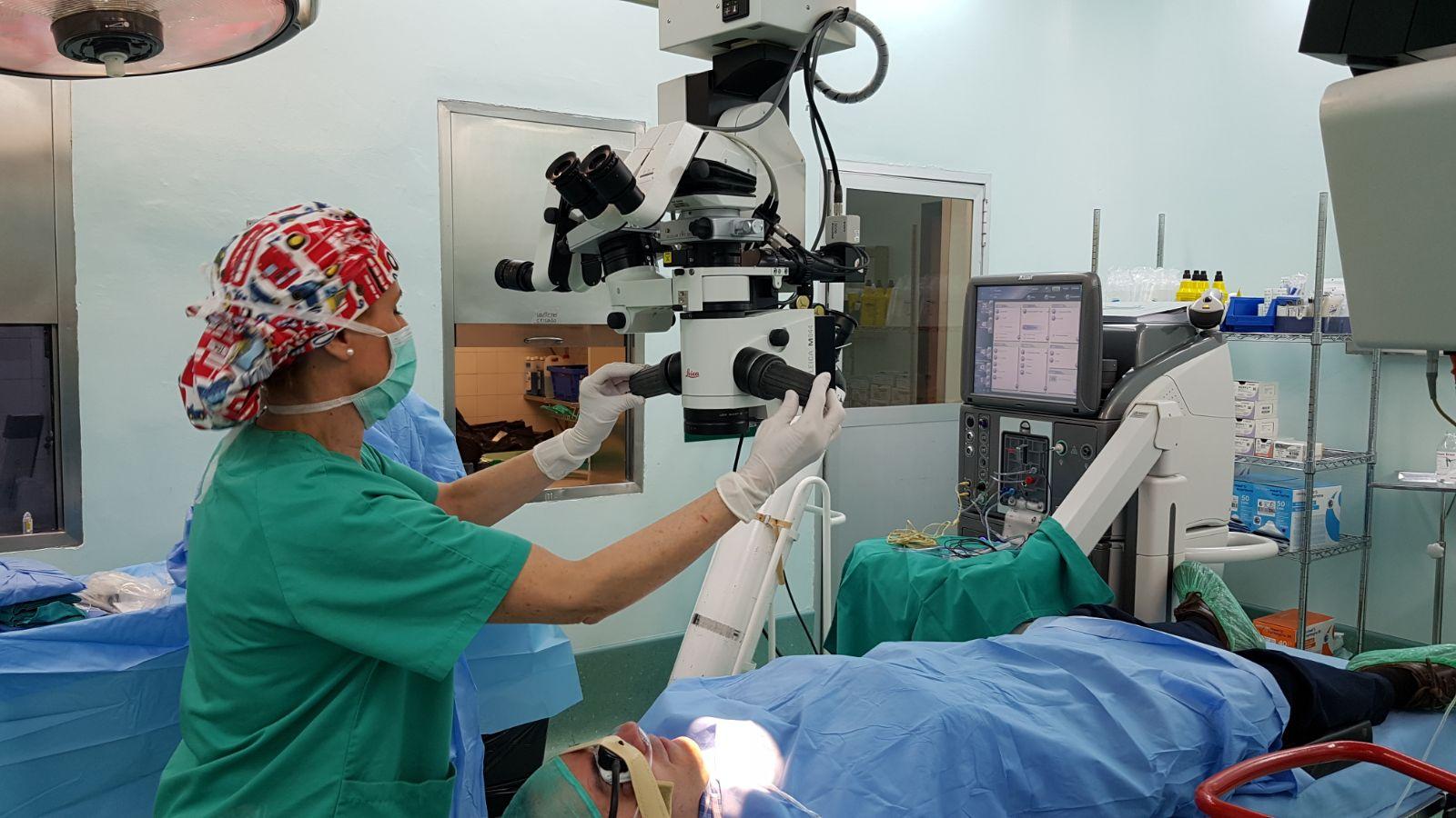 Foto quirófano con cirujanos y paciente para cirugía de vitreo, retina y mácula clínica oftalmológica en Oviedo y Asturias Bajo-Castro